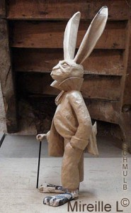 Sculpture d'un lapin humanisé